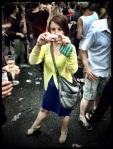 Antireporter Veerle doet alsof ze een foto neemt, maar eigenlijk staat ze schaamteloos te poseren.