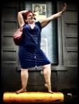 Lolly vindt in een betonblok een uitstekend podium om haar dansmoves te etaleren.