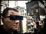 DarkBart is zijn zonnebril vergeten. Als een echte astromancer test hij de censuurbril uit. Hij is een tevreden klant.
