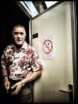 De man van het toiletkot sluit de deuren. 'Weer genoeg stront gezien voor één nacht', besluit hij zijn shift.