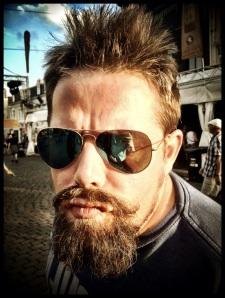 Sven, een negentiende-eeuwse punker, mag van zijn vrouw heel even op de Vlasmarkt komen staan bij zonsondergang.