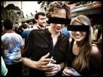 Niels poseert in het bijzijn van een aantrekkelijke jongedame. Soms zijn censuurbrillen een kwalijke hindernis.