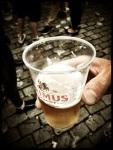 Zijn wij afhankelijk van bier voor plezier? Jazeker. Zonder gerstenat was de Vlasmarkt een slaapverwekkende praatbarak.