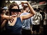 Van pottenkijkers bevrijd door de censuurbril laat deze dame uit Eeklo zich volledig gaan.