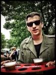 Tom Verbruggen zorgt voor bier. 'We moeten toch iets doen terwijl we wachten op de taxi.'