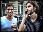 Twee zakenpartners ronden een lucratieve deal af. Het contract wordt getekend met Irish coffee en mostaard.