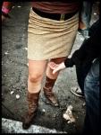 Anne-Marie komt recht van Tomorrowland naar de Vlasmarkt. Haar gulden rokje is een tikkeltje te chic voor dit plein.