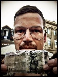 Een nagemaakt briefje van vijf euro ziet er al even beduimeld uit als Edmond Cocquyt Jr.