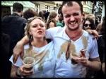 Twee feestvierders hebben speciaal witte T-shirts aangetrokken opdat de Irish coffee kunstige tekeningen kan maken.
