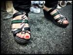 Gewaagd schoeisel voor op de Vlasmarkt. De draagster tracht de Vlasmarkt  op te voeden.