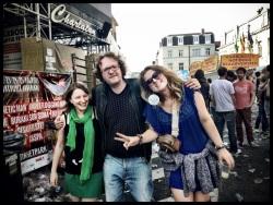 Jazzcat Vos gidst de mooiste dames van de Vlasmarkt naar de uitgang. 'Laten we deze pechstrook verlaten.'
