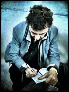 De post-apocriefe dichter René krast zijn weerbarstig proza in een beduimeld notitieboekje.