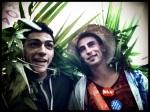 Twee exotische jongemannen hebben een stukje jungle meegenomen naar de Vlasmarkt. Zo voelen ze zich overal thuis.