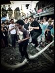 Twee meisjes staan touwtje te springen temidden van de Vlasmarkt.