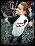 De achterkant van Adriens T-shirt verraadt dat hij geen echte sfeerbeheerder is.