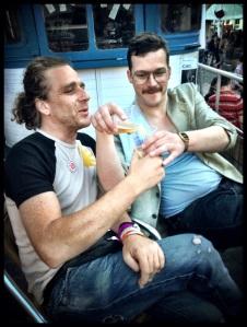 Als een goede grote broer deelt Edmond zijn bier met Adrien Cocquyt. Op de Vlasmarkt komen zij nader tot elkaar.