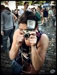 Eva heeft de neiging om 's ochtends haar lens in het gezicht van de feestvierders te duwen. Dat roept nogal wat vragen over privacy op.