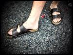 Een jongeman wint de prijs voor het minst mannelijke schoeisel van de Vlasmarkt.
