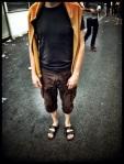 Een man met een wat sullige outfit verlaat de Vlasmarkt. Het is goed dat looks er hier niet veel toe doen.