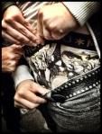 Een extreme fan van Michael Jackson laat zelfs zijn kroonjuwelen in een aangepaste boxershort hangen.