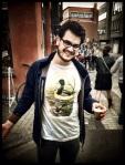 Een academicus brengt een boodschap over met zijn surreëel T-shirt. Die boodschap is dat vlekken van Irish coffee er niet meer uitgaan.