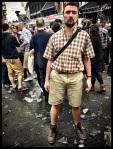 Tim heeft misschien niet de ideale outfit uitgekozen voor de Vlasmarkt, maar hij staat hier toch maar mooi.