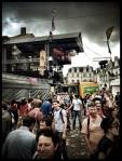 Terwijl donkere wolken verzamelen op de Vlasmarkt, wordt het plein bestormd door kuiswagens van Ivago.