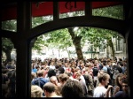 Voor de afterparty bij Sint-Jacobs komt zo veel volk opdagen dat het bijna weer de Vlasmarkt lijkt.  Voor de afterparty bij Sint-Jacobs komt zo veel volk opdagen dat het bijna weer de Vlasmarkt lijkt.