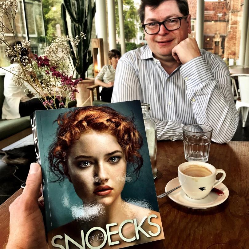 Geert Stadeus glundert bij de nieuwe Snoecks.